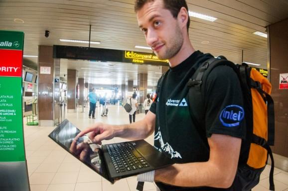 Adrian Fako si Ultrabook-ul Sony, la plecarea din Romania